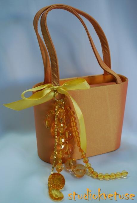 Oranžová netradiční kabelka,