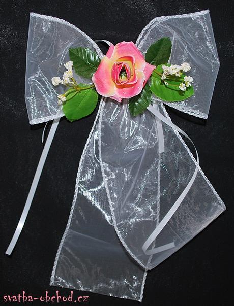 Růžové růže na svatebním setu na dvě auta,