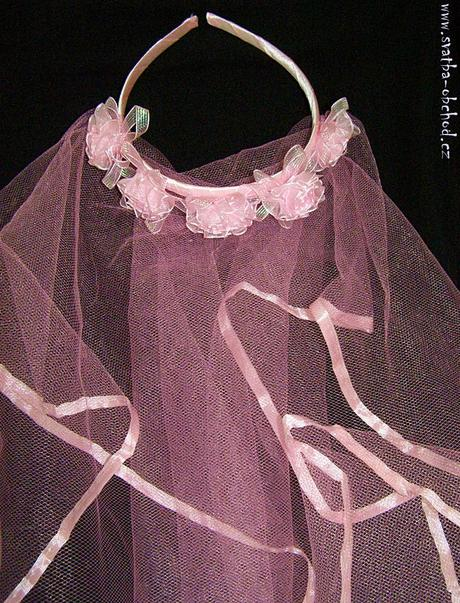 Růžový závojíček na čelence.,