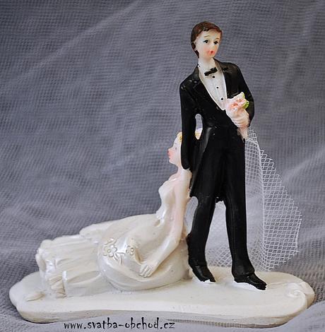 Ženich táhne nevěstu - figurka na dortík (č.41),