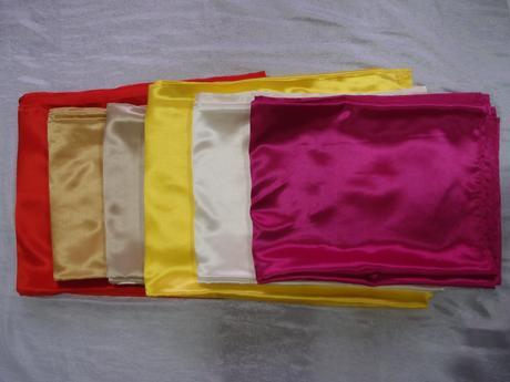 7 odtieňov saténových obrusov a 45 farieb mašlí,