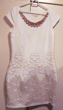 Biele šaty so zlatým náhrdelníkom, 38