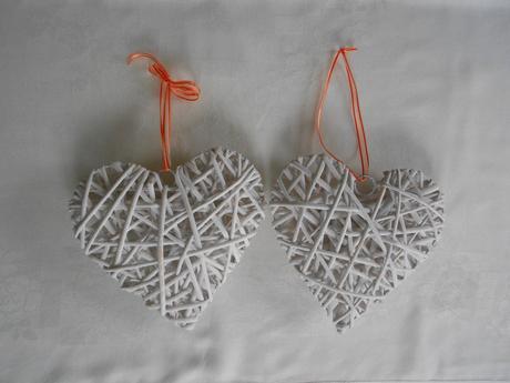 2 bílé ratanové srdce,