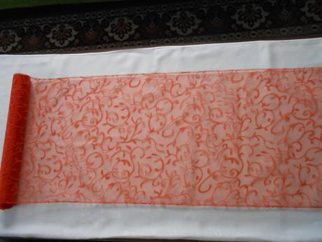 Tmavě oranžová organza se vzorem,
