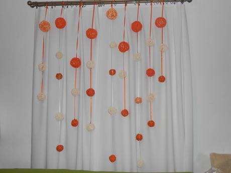 Závěs z ratanových oranžových a smetanových koulí,