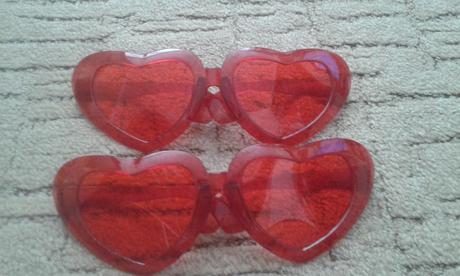 červené srdiečkové okuliare,