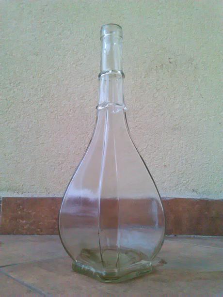 Staré fľaše a karafa s uzáverom,
