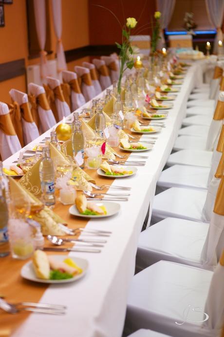 Zlaté saténové mašle na stoličky,,