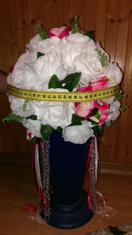 Dekoratívne gule z ruží na martini vázy,