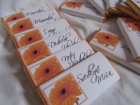čokoládové svatební jmenovky oranžové s gerberou,