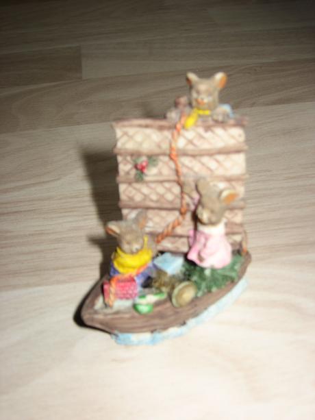 Soška myšky na loďke,