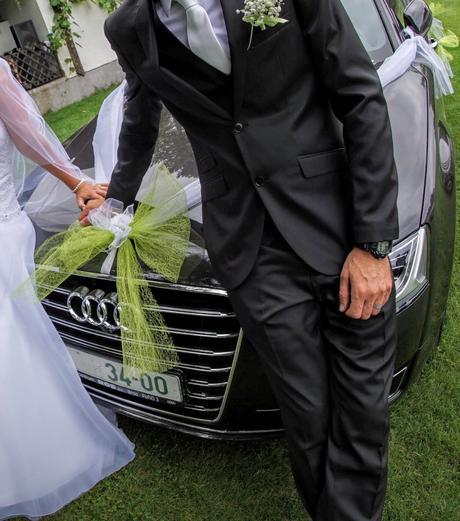 jednoduchá dekorace svatebního auta,