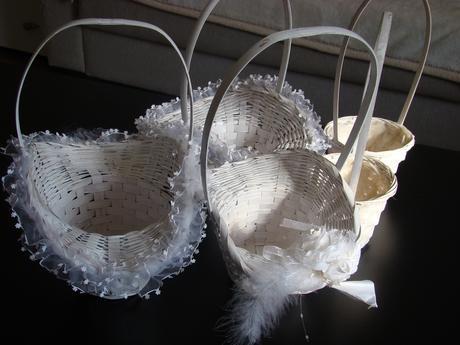 košíček pro družičky s peříčky,