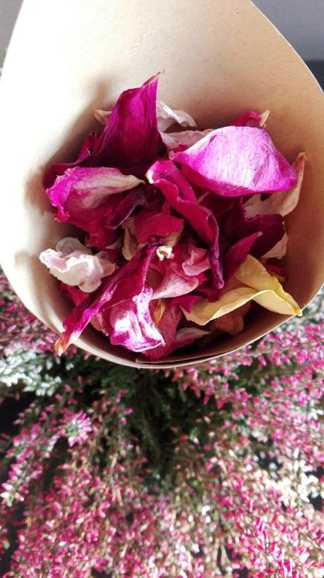 Kornoutky naplněné sušenými růžovými plátky,