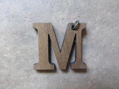 privesok dreveny M s postou,
