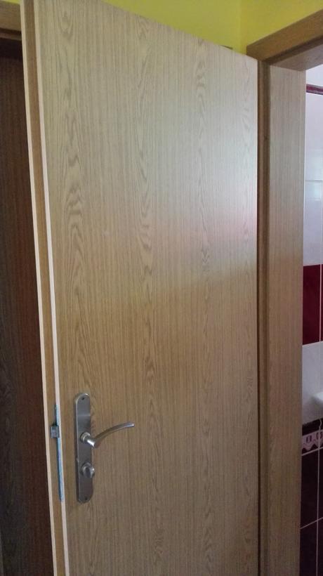 Interiérové dveře se zárubněmi i kováním,