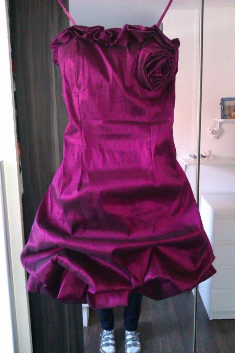 Vínové šaty, 36