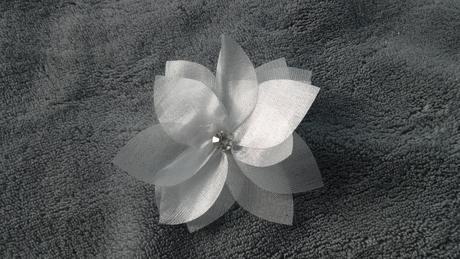 Bílé květy s kamínkem 2ks,