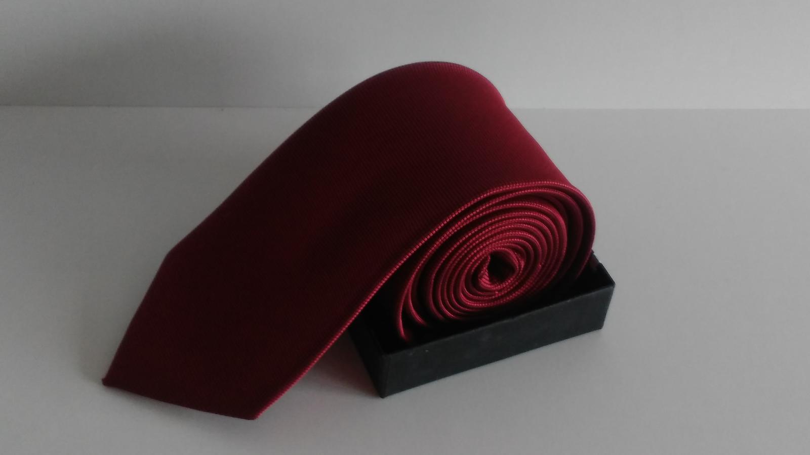 Luxusní pánská kravata červené ba s jemným vzorem  cd4199b969