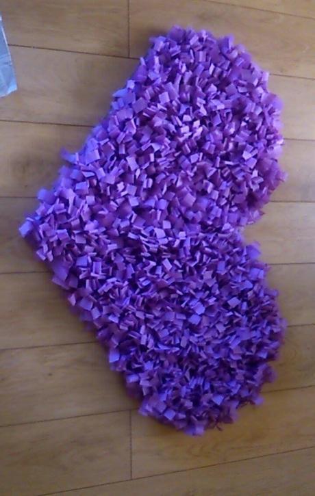 velke fialove srdce na stenu,