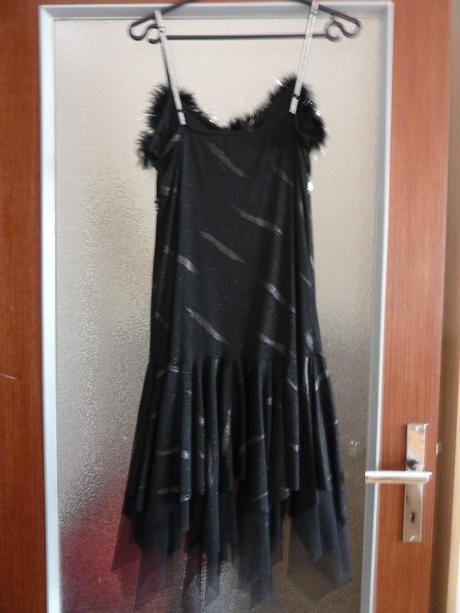 Čierne spoločenské šaty, 36
