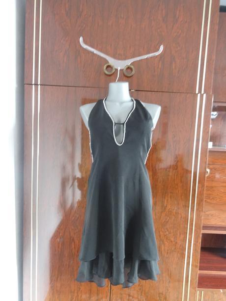 šaty s odhalenym chrbtom, S