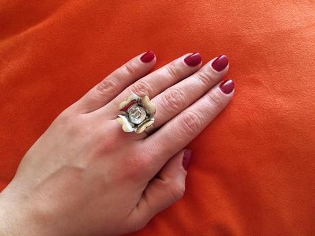 Výrazný nenosený prsteň,