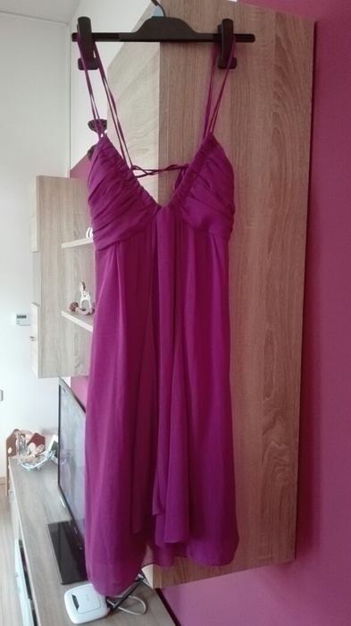 Fialové šaty vykrojená záda, 38