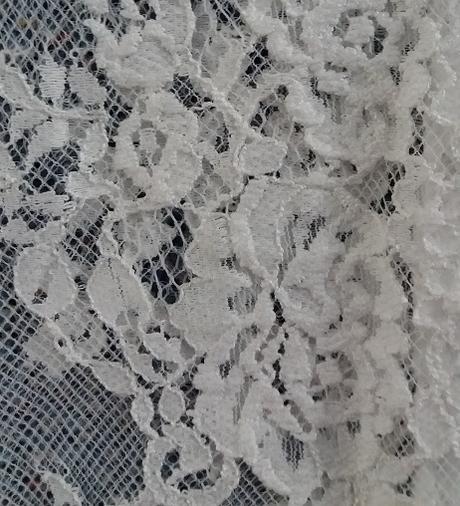 Netradiční krátké svatební šaty s dlouhými rukávy, 40