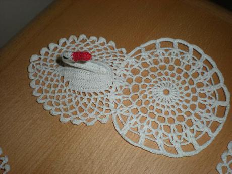 háčkovaná dekorace pod vázu - labutě, nepoužité,