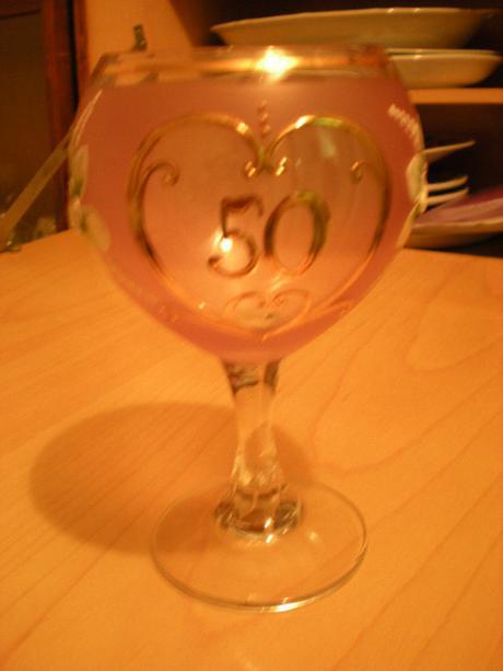 výroční sklenička z růžového skla k padesátinám,