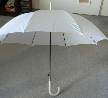 Bílý (svatební) deštník,