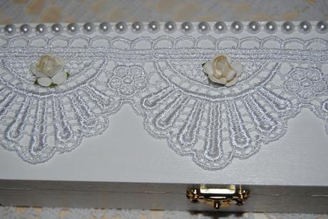Biela drevená krabička na svadobné spomienky,