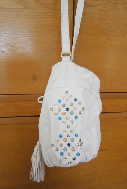 Bílá kabelka zdobená korálky,