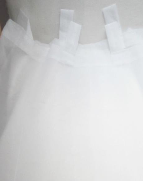 Bílá strojově vyšívaná záclona - závěs,