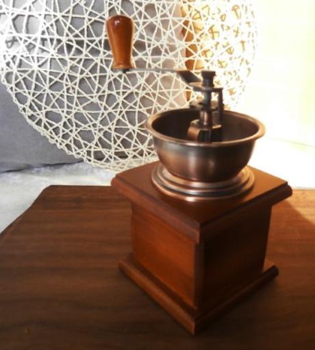 Dřevěný mlýnek na kávu,