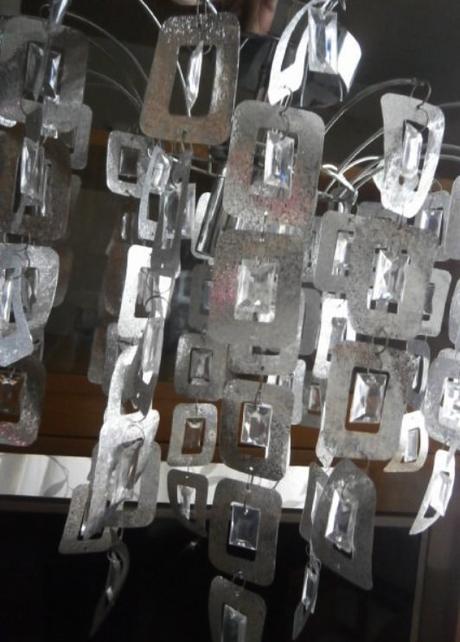 Lustr plastový stříbrné barvy,