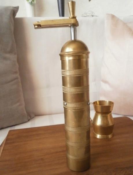 Mosazný starožitný mlýnek na kávu,