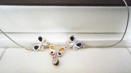 Náhrdelník, stříbrný řetízek s motýlky z jantaru,