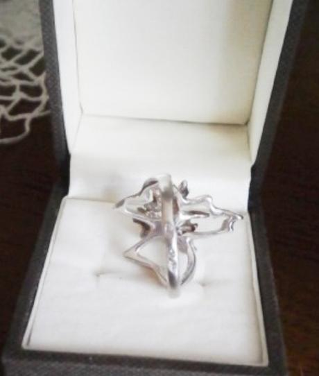 Stříbrný prstýnek zdobený jantary,