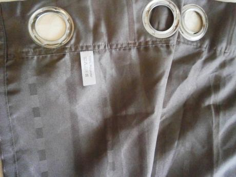 Závěs hnědý s kovovými kroužky,