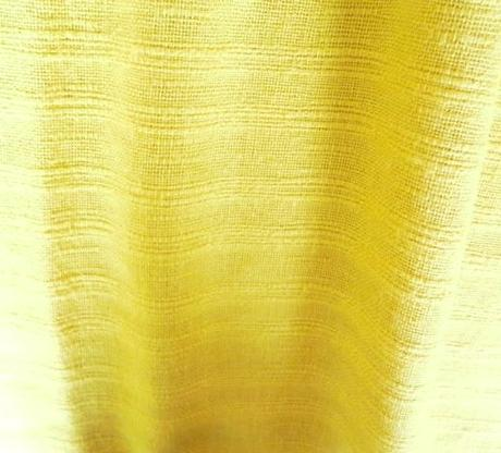 Závěsy žluté,
