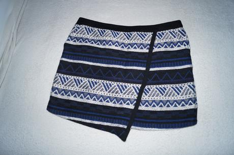 Tmavomodrá sukňa so zaujímavým vzorom, 40