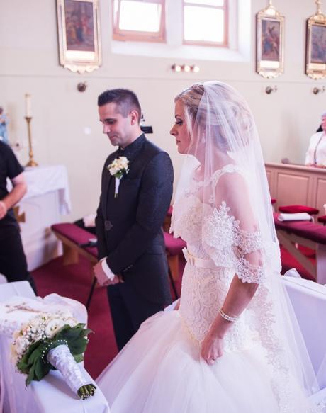 Svadobné šaty s čipkou + ručne vyšívaný závoj, 38