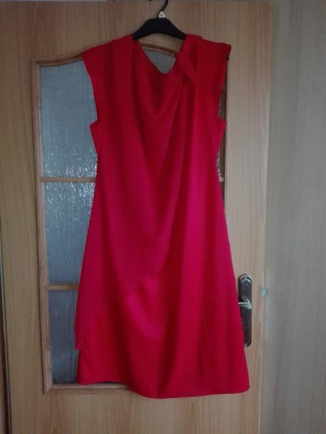Červené spločenské šaty, 44