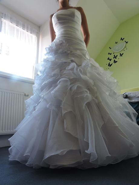 Svatební šaty s kytkou, 38