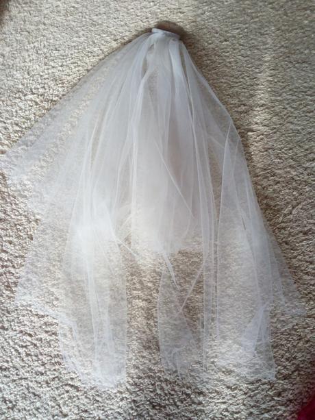 Bílý závoj pro nevěstu,