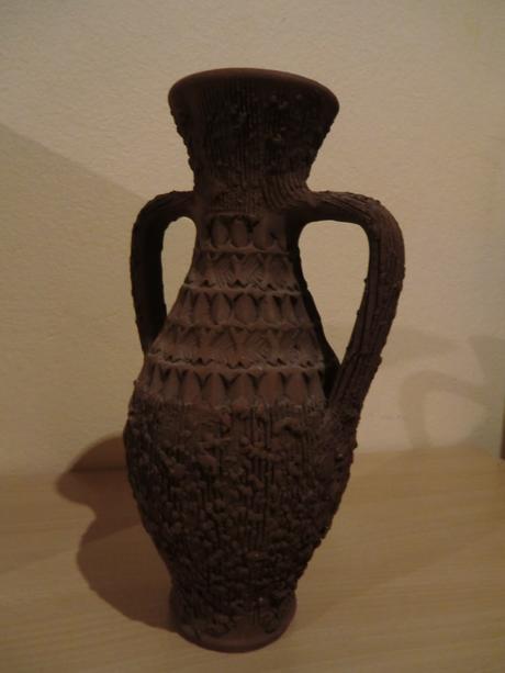 Hnedá hlinená váza s ušami,