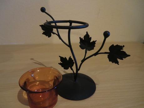 Kovový svietnik s oranžovým pohárikom,