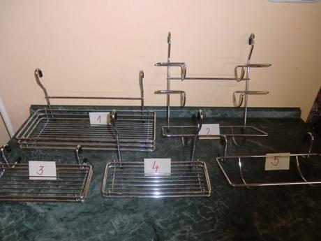 Rôzne chrómové poličky na zavesenie do kuchyne,